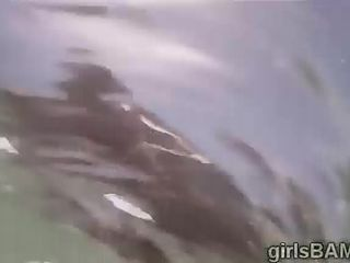 Букет чертовки идут катание на лыжах голым на пляже для XXX реалити-шоу