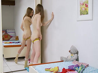 Стриптиз и мастурбирует для зеркала