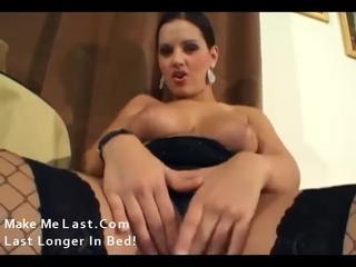 Грудастая брюнетка мастурбирует